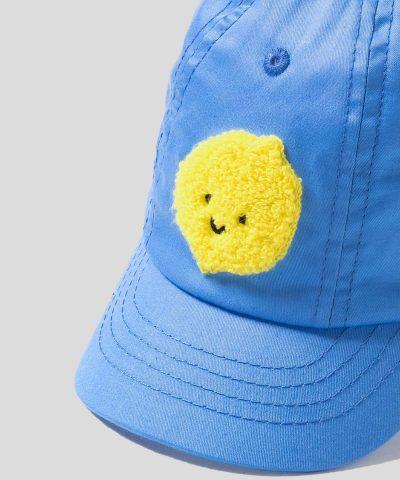 Бебешка шапка с козирка в син цвят с декорация лимон