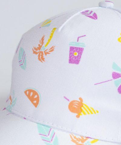 Лятна шапка с козирка в основен бял цвят и цветен принт