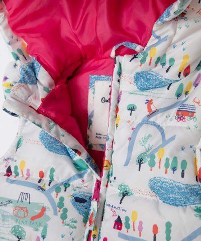 бебешки бял елек цвят с цветен принт и качулка