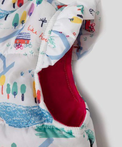 бял елек цвят с цветен принт и качулка за бебе момиче